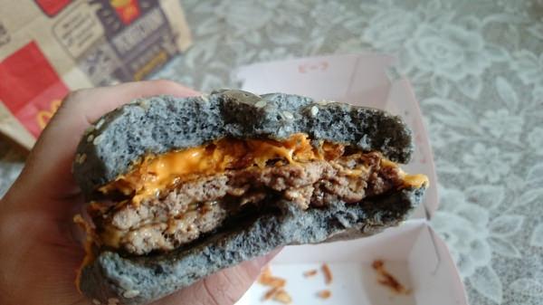 マクドナルドのイカスミバーガー2枚のパティ