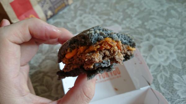 マクドナルドのイカスミバーガー黒ゴマ