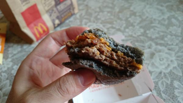 マクドナルドのイカスミバーガー食べる