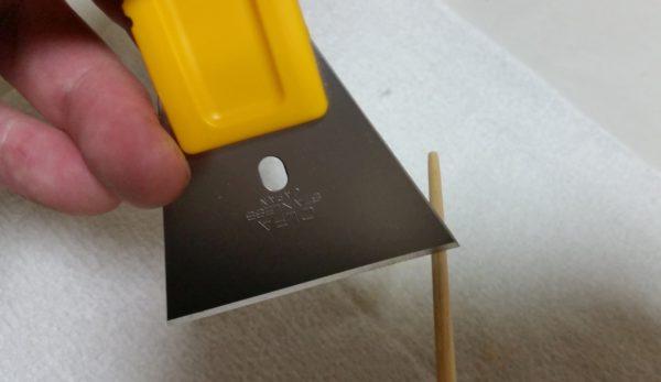 ギターボディのビス穴埋め ラミン棒をスクレイパーで削る