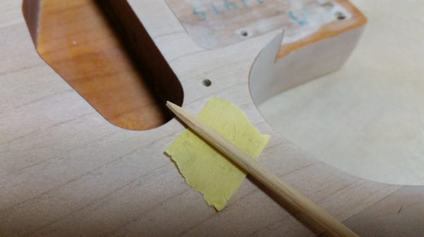ギターボディのビス穴埋め ラミン棒を鉛筆のように削る