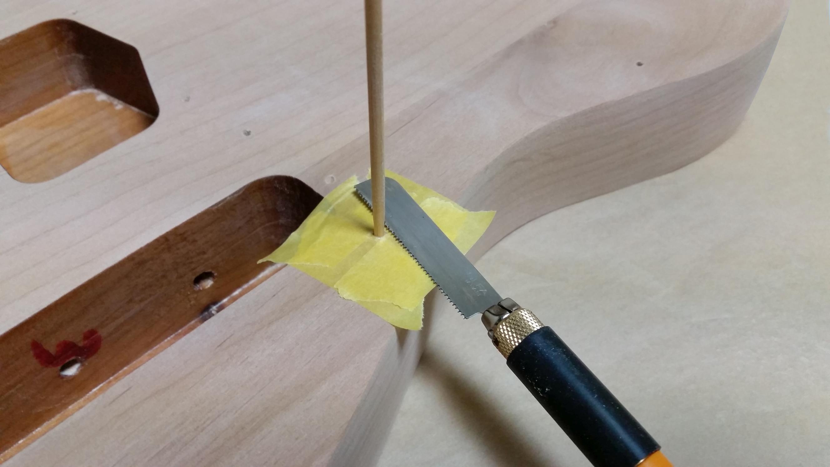 ギターボディのビス穴埋め ラミン棒をホビーのこで切る
