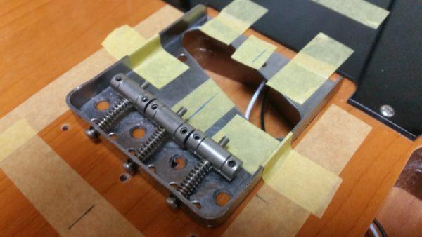 テレキャスター 裏通し弦穴加工 ブリッジ交換 ブリッジをマスキングテープで固定