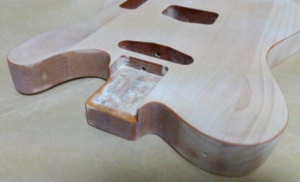 ギターの塗装剥がし カッタウェイ部分が難しい