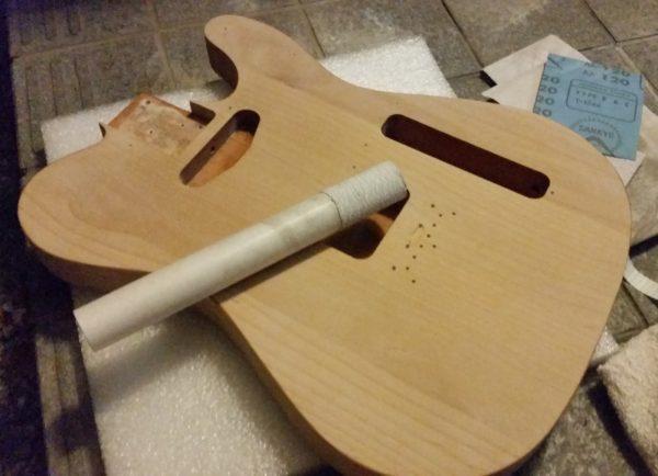 ギターの塗装剥がし 2日目サイド 空研ぎヤスリ