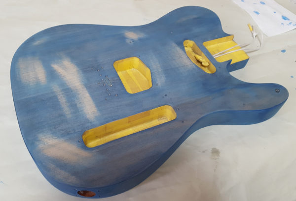 ギターの塗装 ステイン着色  傷をヤスリがけ