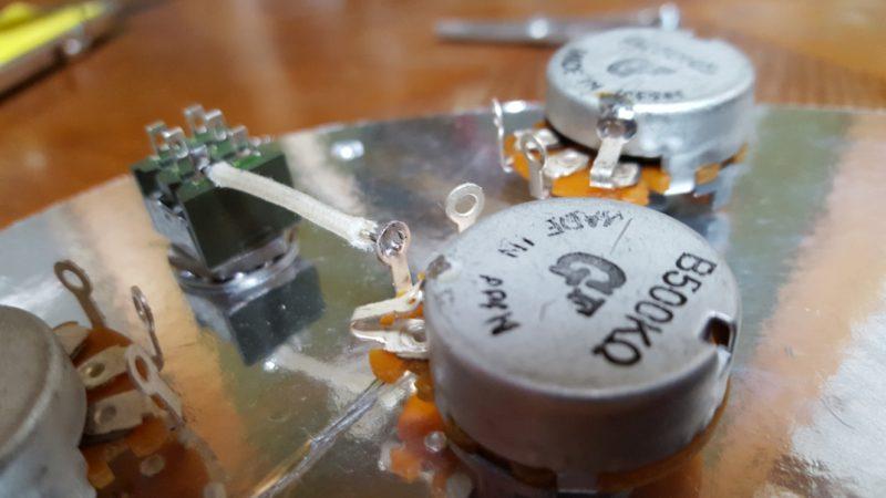 アベフトシテレキャスターカスタム自作 フロントボリュームポットの2番端子とミニトグルスイッチをはんだ付