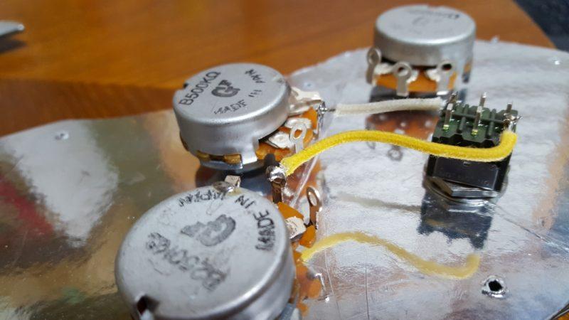 アベフトシテレキャスターカスタム自作 リアボリュームポットの2番端子とミニトグルスイッチをはんだ付け