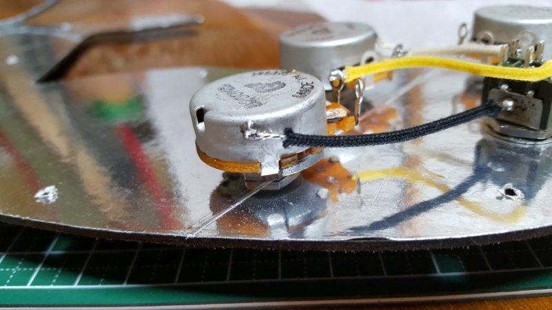 アベフトシテレキャスターカスタム自作 ミニトグルスイッチの側面とリアボリュームポットの側面、そして、リアボリュームポットの裏、フロントボリュームポットの裏、マスタートーンの裏をアース線
