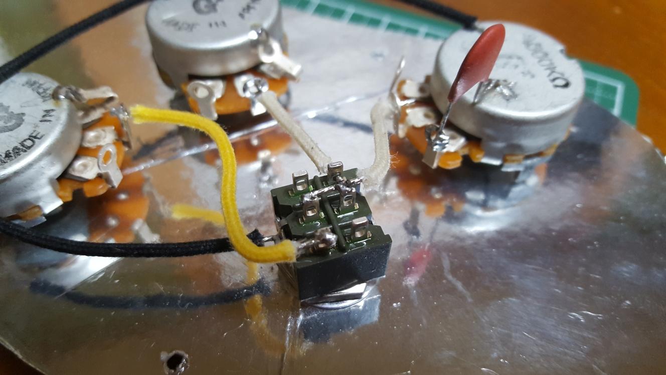 アベフトシテレキャスターカスタム自作 マスタートーンの2番端子とミニトグルスイッチの真ん中2つをハンダ付け
