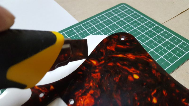 アベフトシテレキャスターカスタム自作 ピックガードに併せてアルミテープを切る
